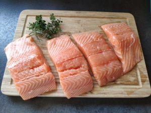 Pavé de saumon aux coques, algues et œufs de truite